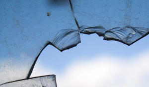 Разбитое стекло.