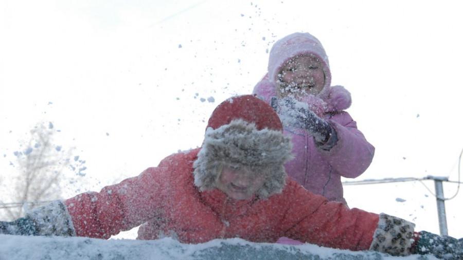Дети играют в снегу.
