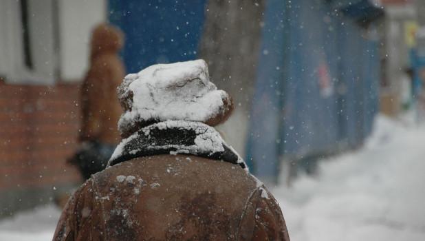 Снег идет. Пенсионерка.