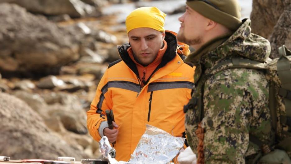 """Ишхан Арзуманян (в центре), участник проекта """"Выжить в лесу""""."""