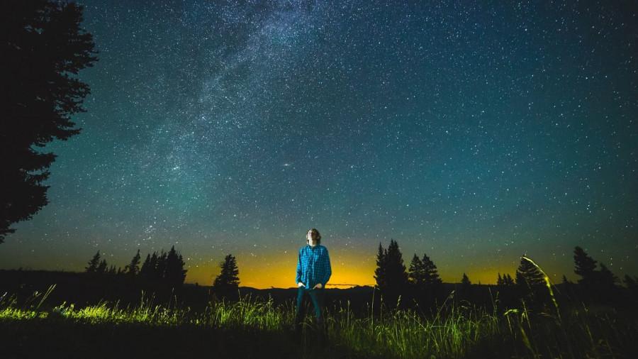 Юноша под звездным небом.