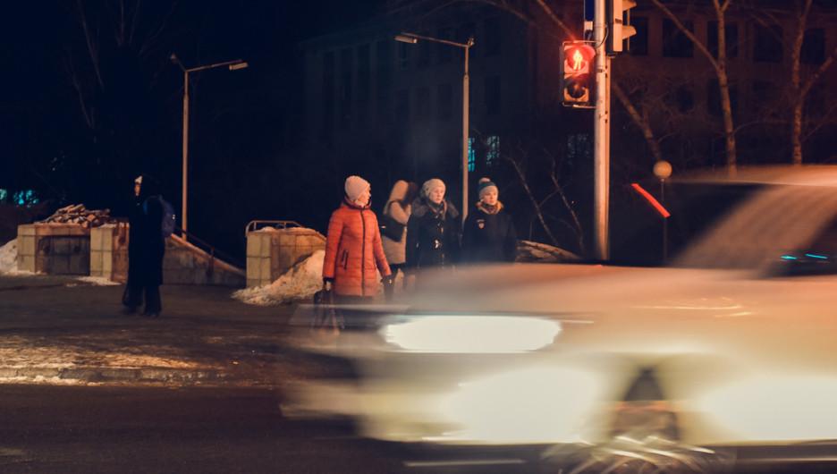 Пешеходный переход, люди и автомобиль.