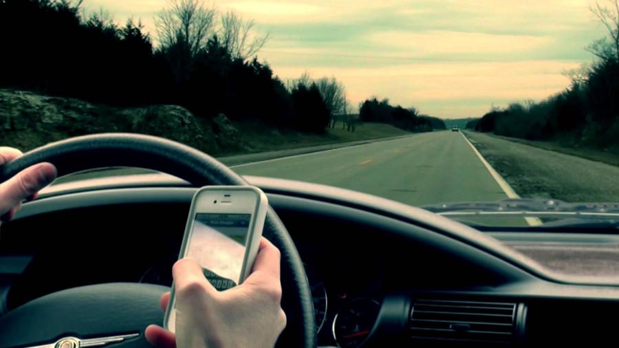 С телефоном в автомобиле.