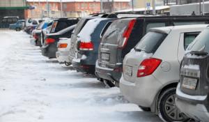 Автомобили на парковке.