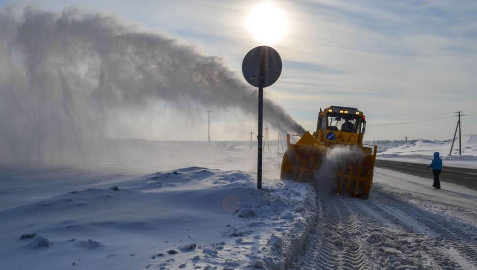 Дорожники убирают снег с трасс.