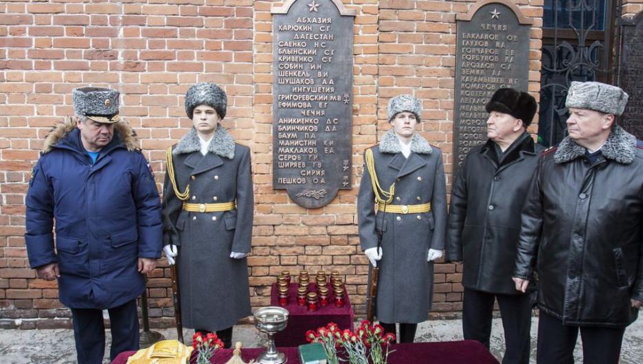 На площади Ветеранов прошла церемония, посвященная увековечению памяти Героя Российской Федерации Олега Пешкова. Барнаул, 13 февраля 2016 года.