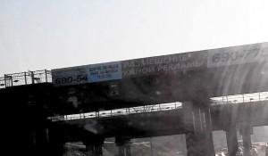 На барнаульском мосту появился плакат о Борисе Немцове.