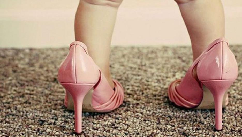 Девочки на каблуках.