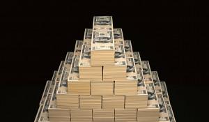 Финансовая пирамида. Стопка денег.