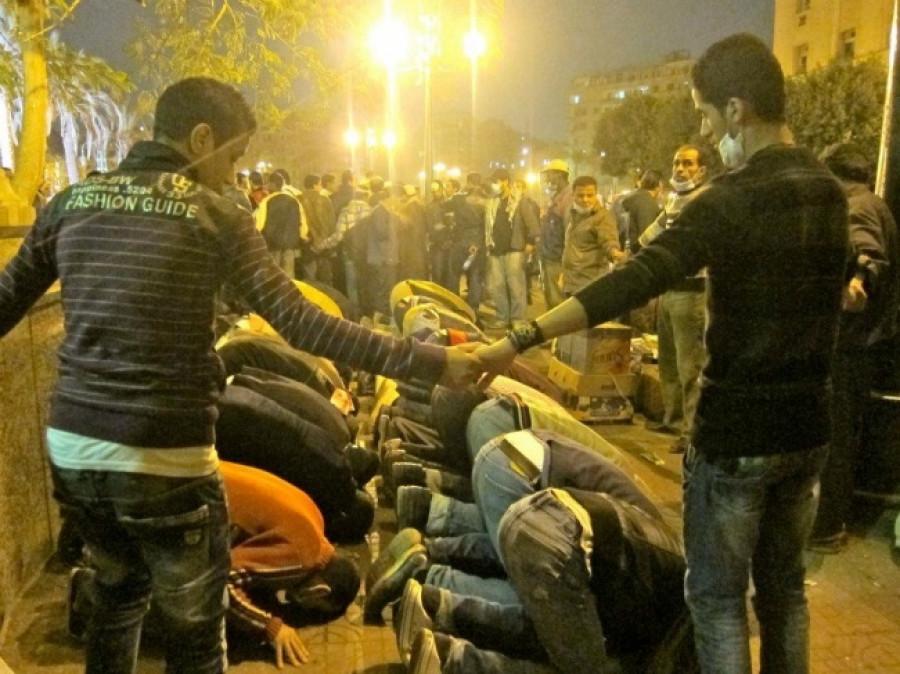 Во время массовых беспорядков египетские христиане окружили мусульман, чтобы дать им спокойно помолиться...