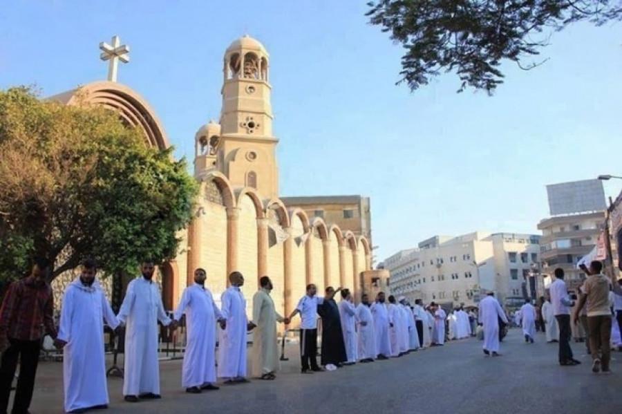 ... в ответ египетские мусульмане встали на защиту христиан во время рождественского богослужения.
