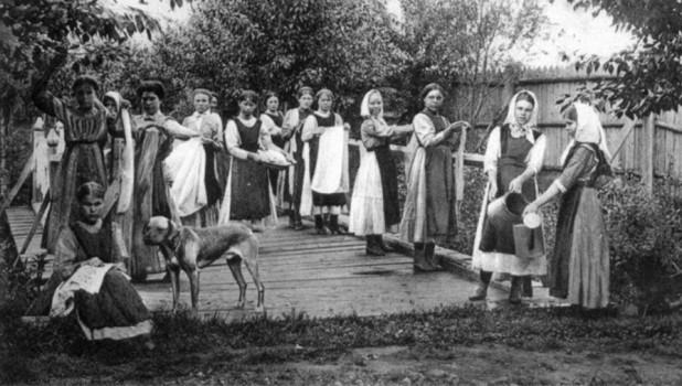 Бийск, 1913 год. Воспитанницы Бийского благотворительного общества за работой.