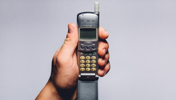 Телефон у мужчины в руке.