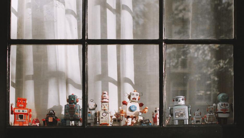 Роботы в окне.