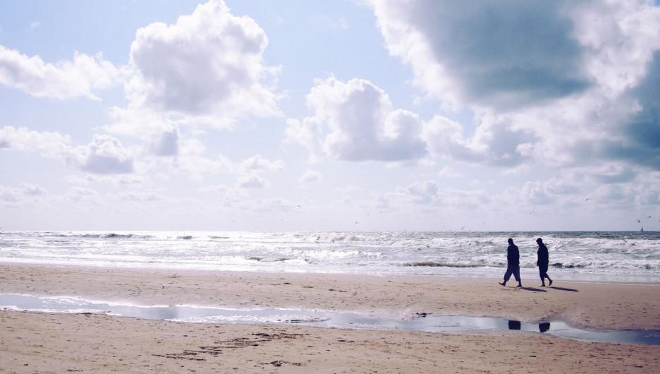 У моря.