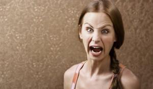 Женщина кричит.