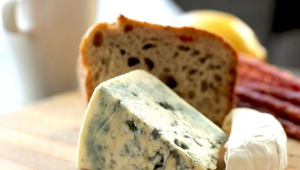 Хлеб и сыр с плесенью.