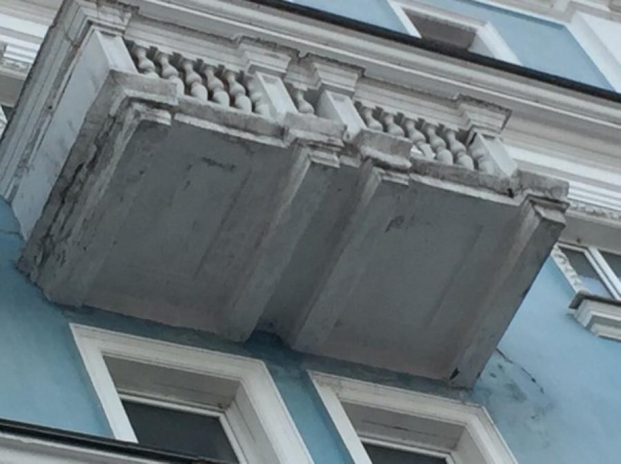 На проспекте Ленина разваливается балкон.
