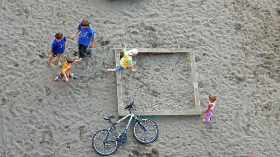 Дети играют в песочнице.