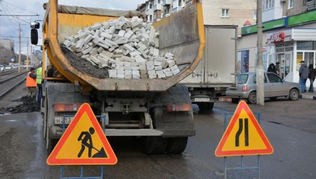 Дорожный ремонт кирпичами.