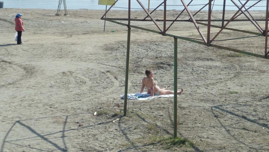 Одинокая бийчанка на пляжу у Бии. 16 апреля 2016 года.