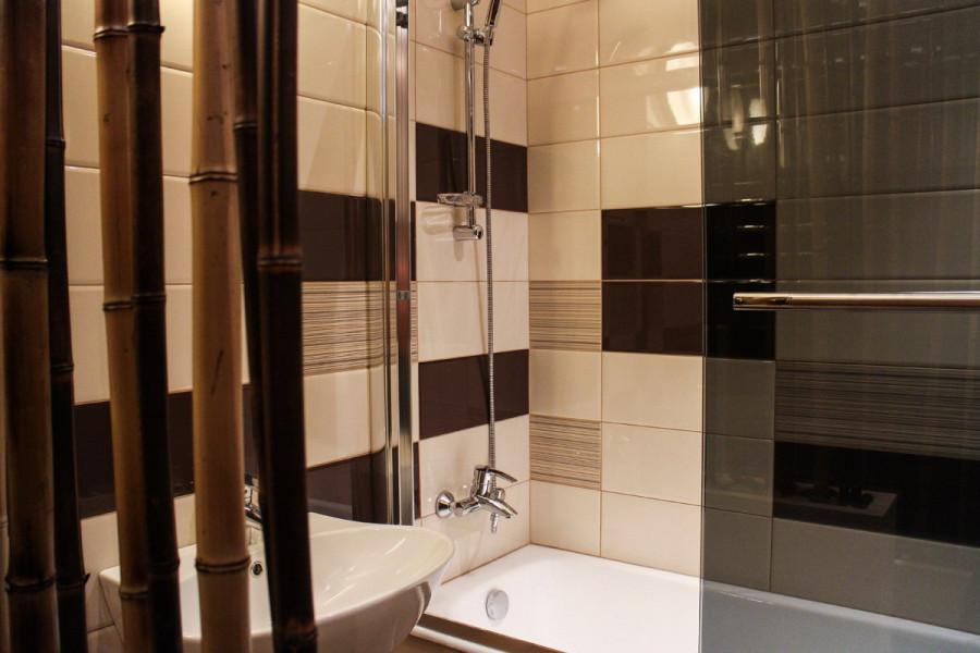 Ванная комната и туалет совмещены, но внутри появилась небольшая бамбуковая перегородка.