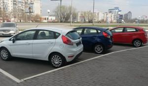 Новые автомобили у автосалона