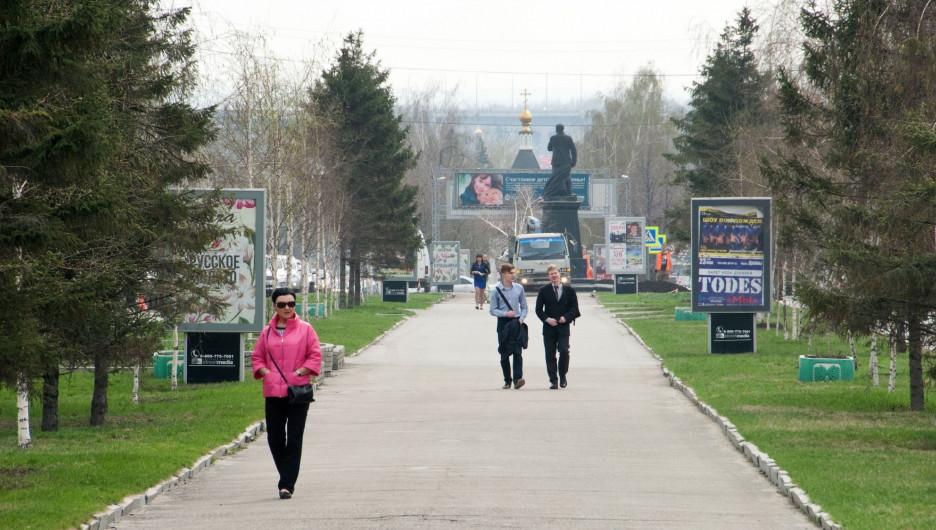 Барнаульцы на аллее на проспекте Ленина.