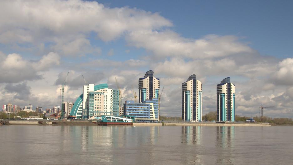 """В Барнауле открыли навигацию. Вид на Барнаул и """"Аквамарин""""."""