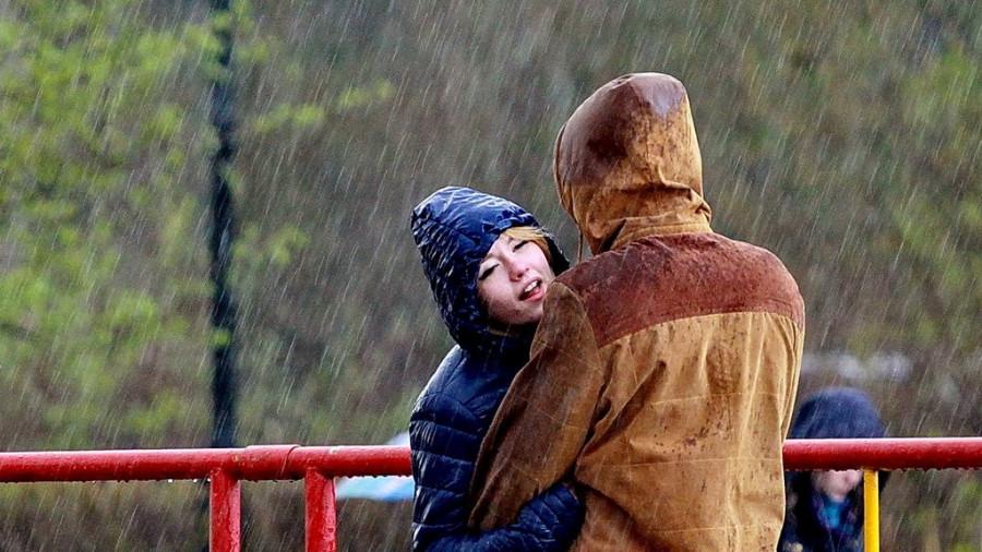 Пара под дождем.