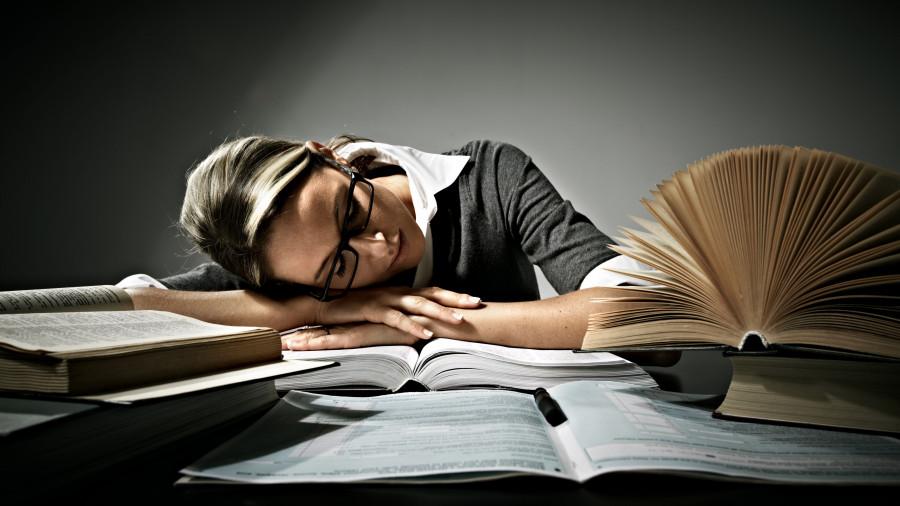 Женщина над книгами. Образование.