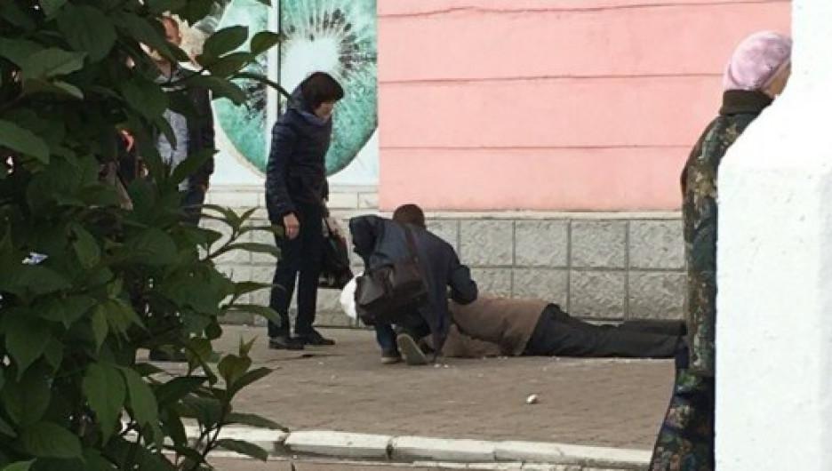 В Барнауле прохожему разбило голову куском штукатурки.