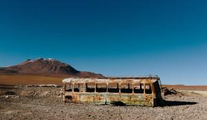 Старый автобус в пустыне.