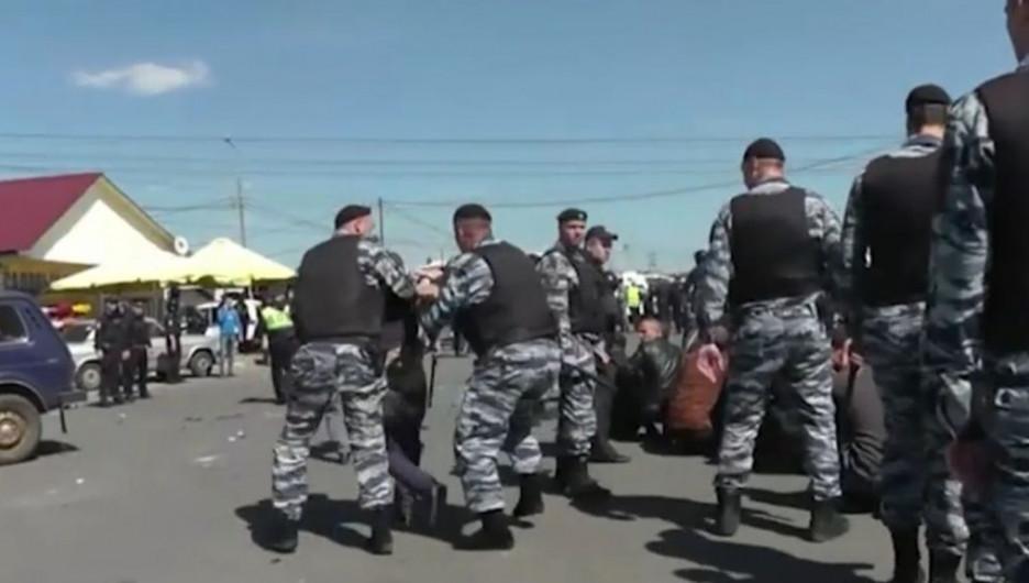 Бойцы Нацгвардии разбираются с мигрантами на Хованском кладбище в Москве.