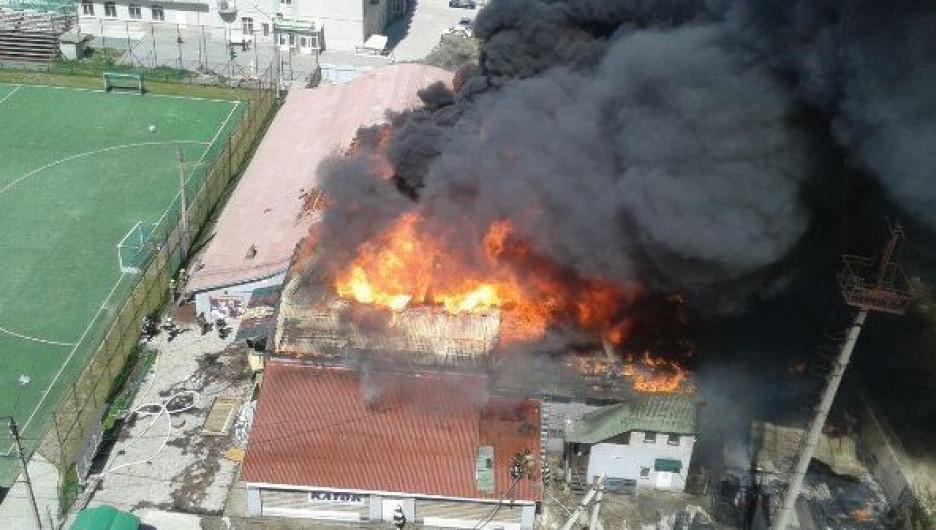 """Пожар на стадионе """"Коммунальщик""""."""
