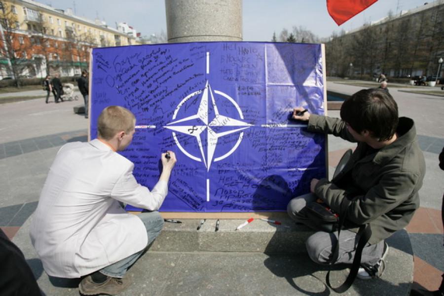 В центре Барнаула прошел митинг против участия войск НАТО в параде Победы.