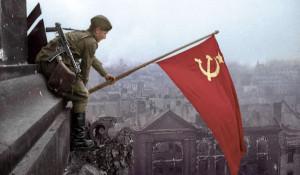 Солдат водружает советский флаг над Берлином, 2945 год.