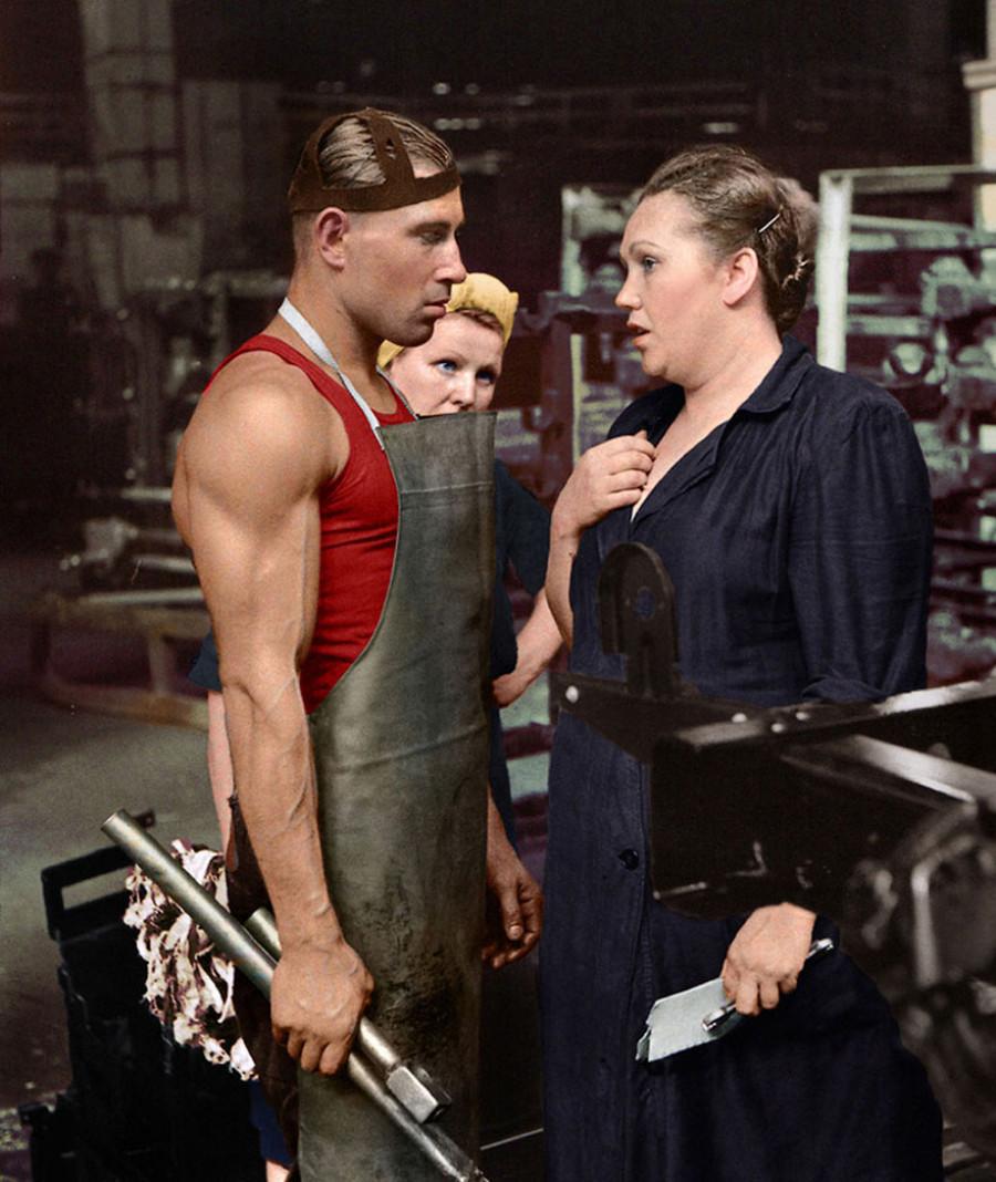 Рабочий и руководитель на автомобильном заводе, Москва, 1954