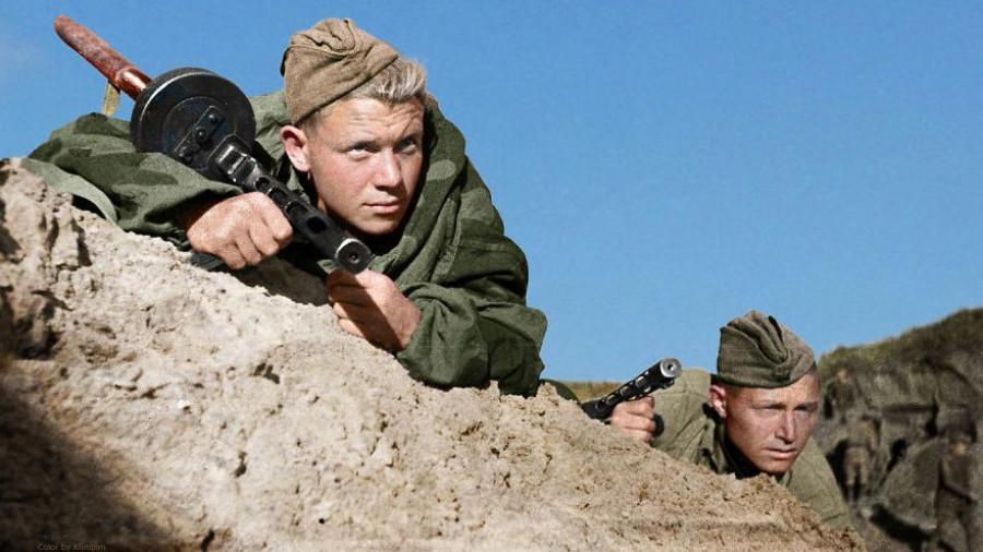 Советские солдаты следят за немцами под Севастополем в Крыму, 1941