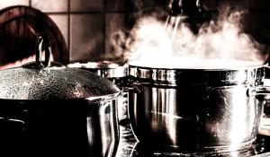 Кухня, кастрюли.