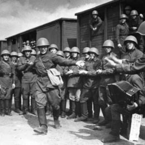 «Поезда идут на фронт». Пляшет красноармеец В.Кочетков. 1941 год. (c) Александр Устинов