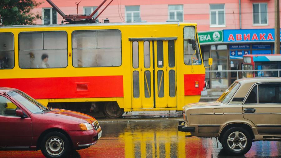 Трамвай и автомобили в Барнауле.
