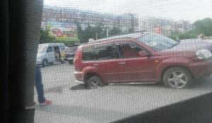 В Барнауле Nissan провалился в яму на асфальте. 27 июня 2016 года.