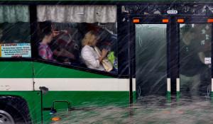 Автобус с пассажирами и дождь.