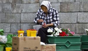 Пенсионерка продает ягоды.