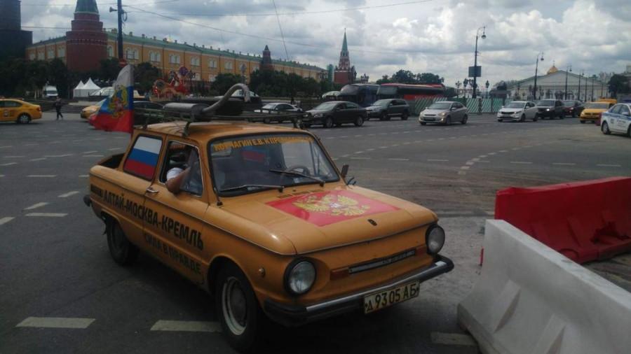"""Единоросс на желтом """"Запорожце"""" доехал до Кремля."""