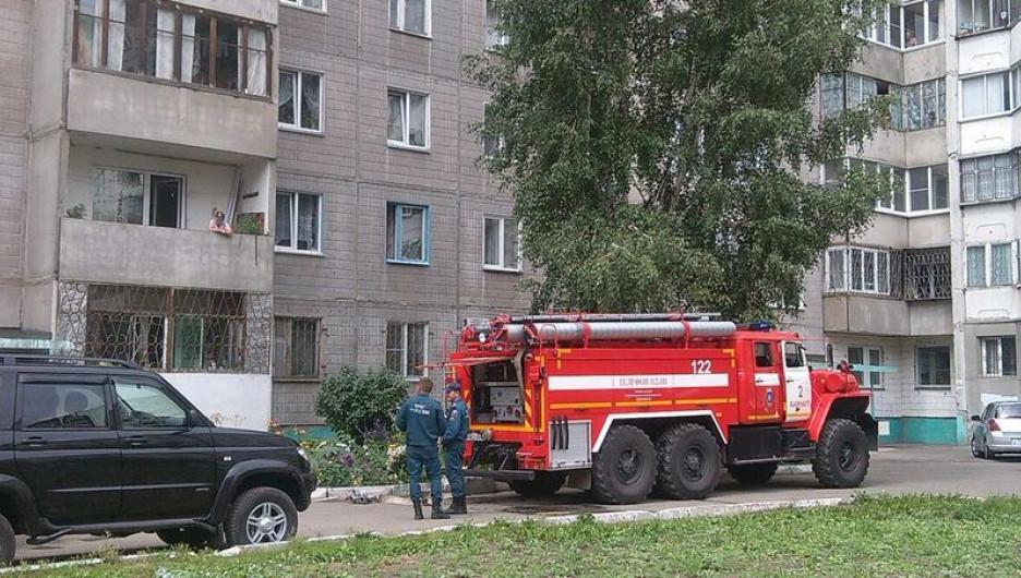 В барнаульской многоэтажке загорелась квартира.