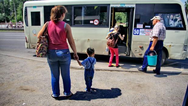 Маршрутка №50. Пассажиры садятся в общественный транспорт.