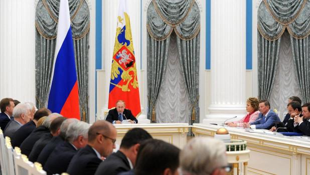 Владимир Путин на заседании правительства.