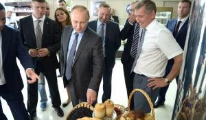 Владимир Путин смотрит на продукты.